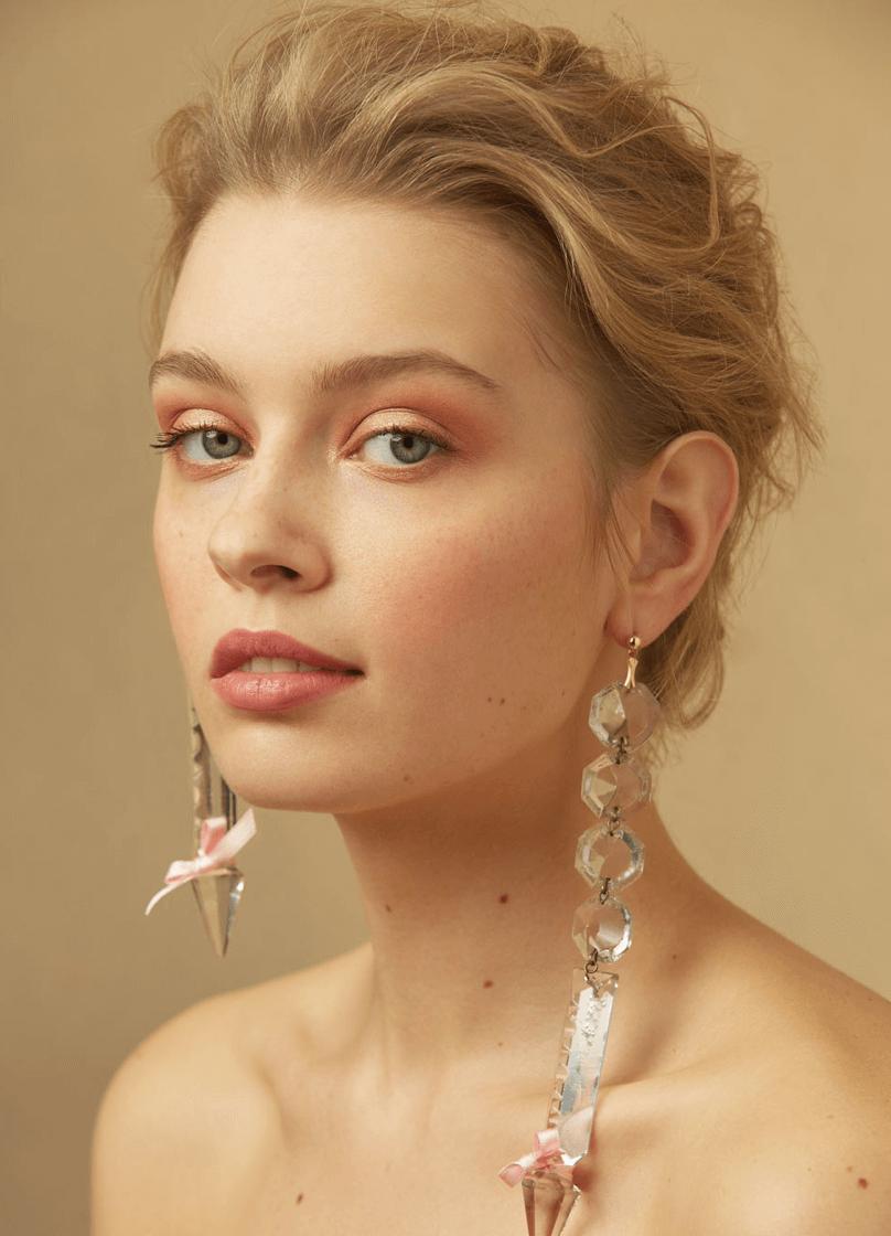 editorial de belleza con pendientes de cristal