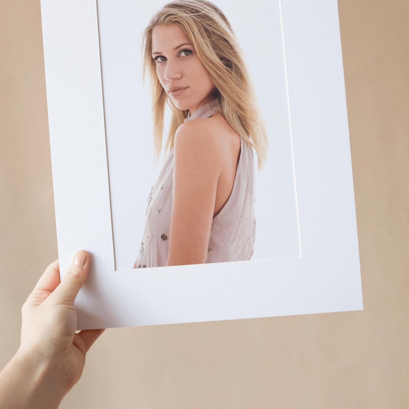 retrato impreso en papel con paspartu