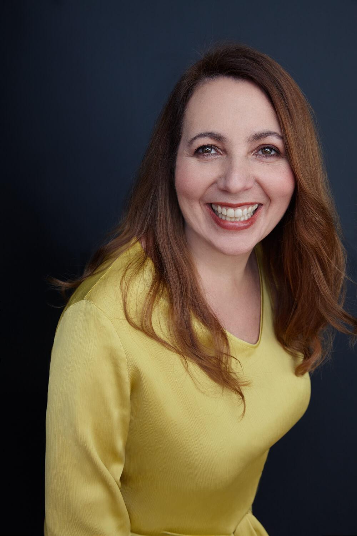 retrato de mujer alegre de 40 años