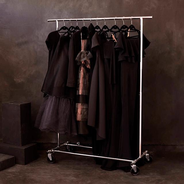 estilismo perchero con vestidos para seison de fotos en estudio