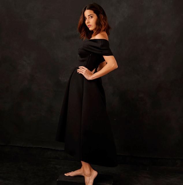 foto de estudio con mujer vestido elegante