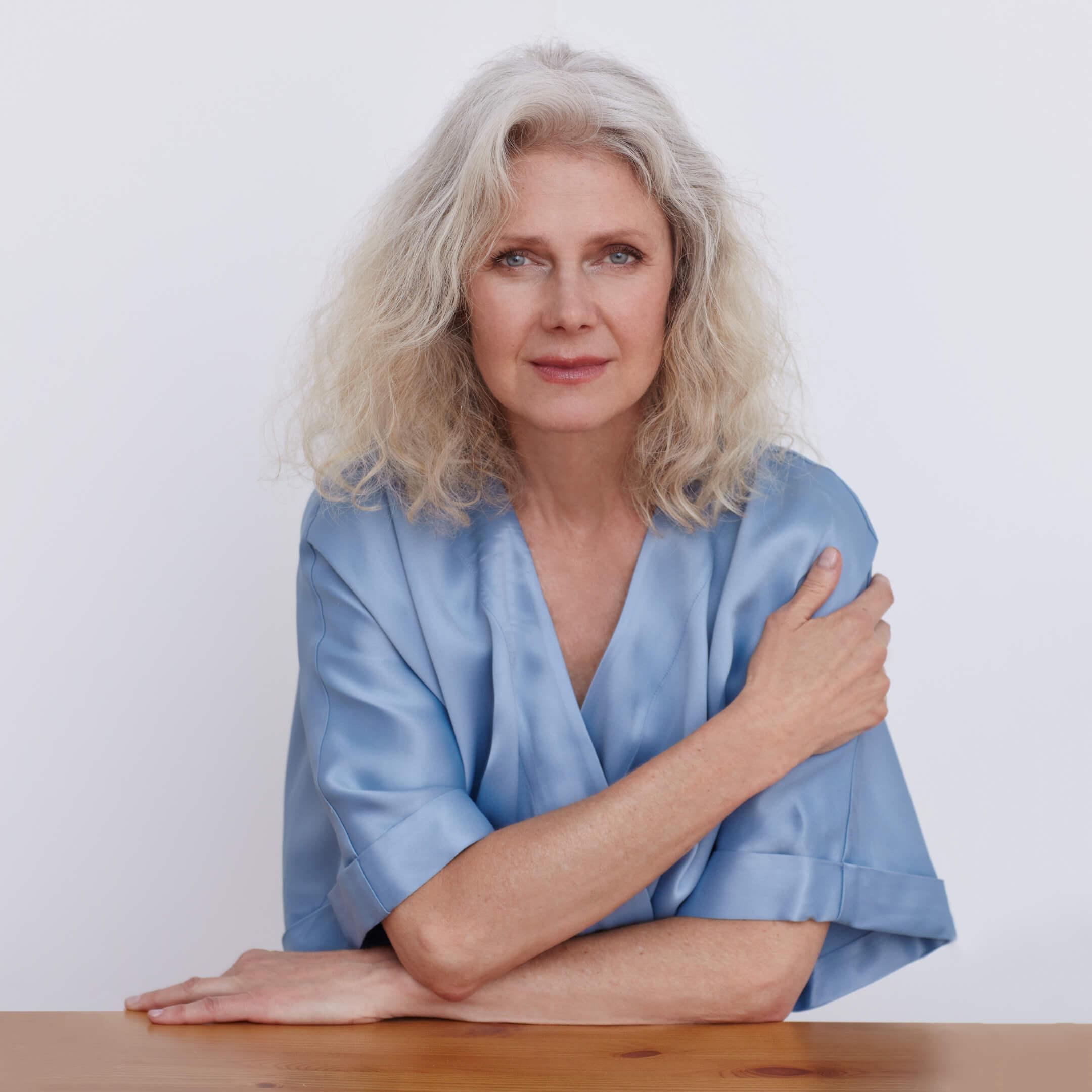 impresionante mujer de pelo blanco
